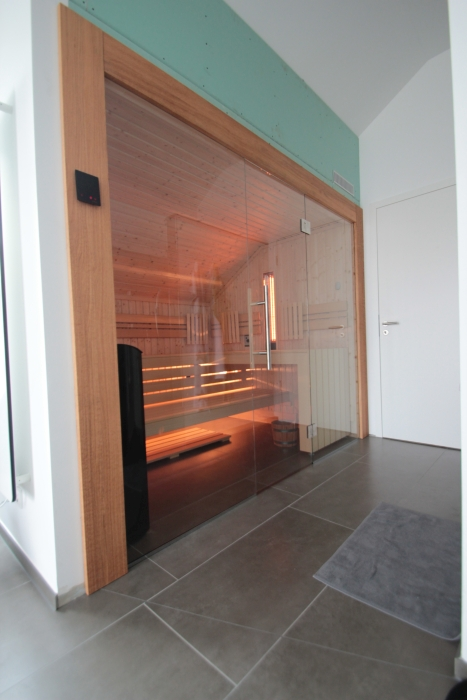 Sauna mit Glasfront und Dachschräge hinten