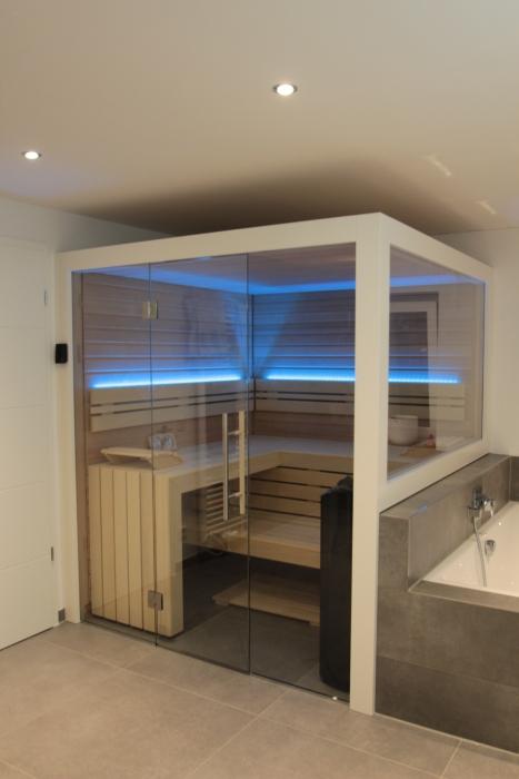 Sauna im Badezimmer mit Glasfront und seitlichem Fenster