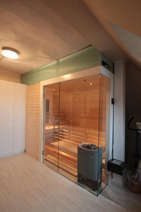 Sauna mit Glasecke und Dachschräge