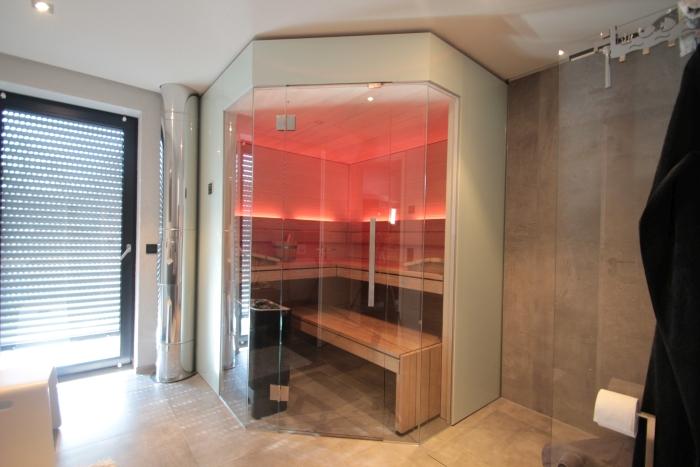 Design-Sauna im Badezimmer mit Glasecke