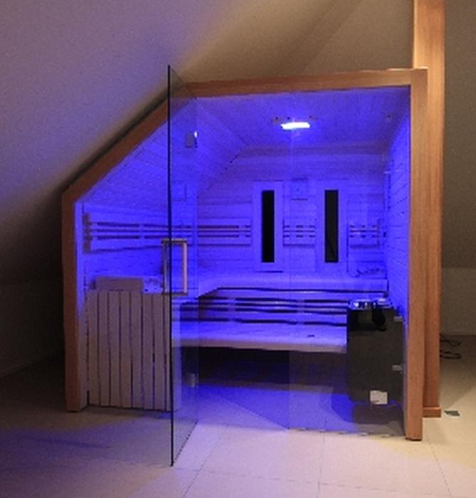 Design-Sauna Corso Raster mit Walmdach und Glasfront