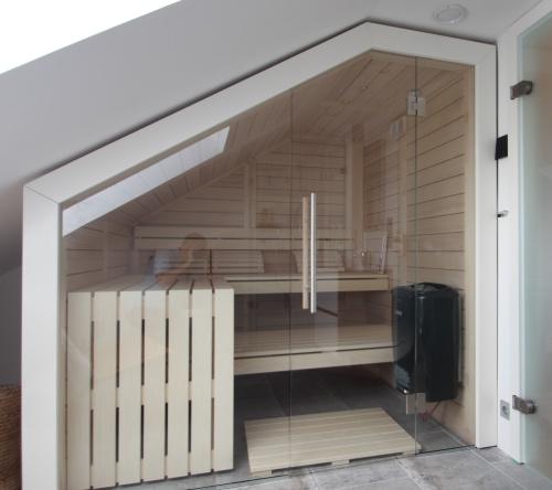 Sauna-Massivholz-Dachschraege